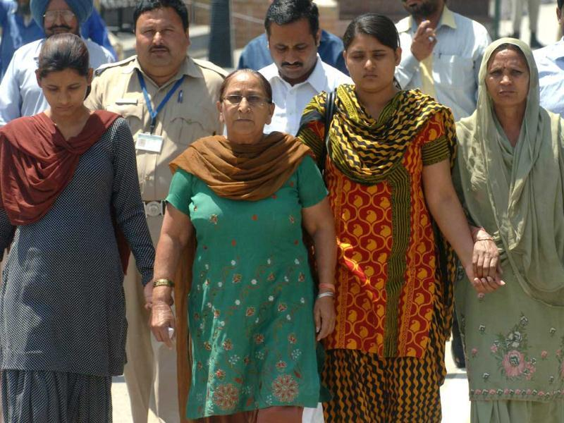 Dalbir Kaur (2L), sister of Sarabjit Singh, Indian death row prisoner held in Pakistan, Singh's wife Sukhpreet Kaur (R) and his daughters Swapandip (2R) and Poonam cross over the Indo-Pakistan Wagah Border Post. (AFP file photo)
