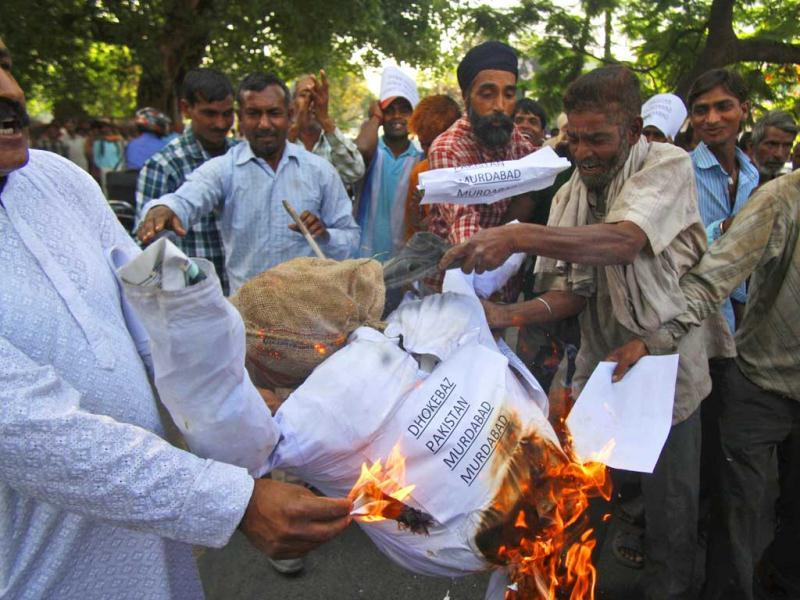People burn an effigy representing Pakistan after Sarabjit Singh's death in Jammu. (AP)
