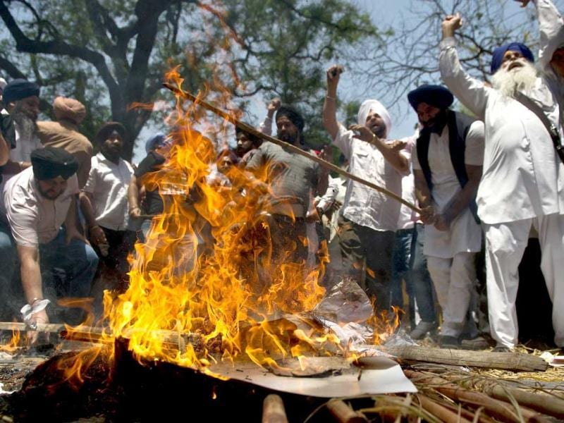 Sikh protestors burn an effigy outside Congress Party president Sonia Gandhi's residence in New Delhi. (AFP)