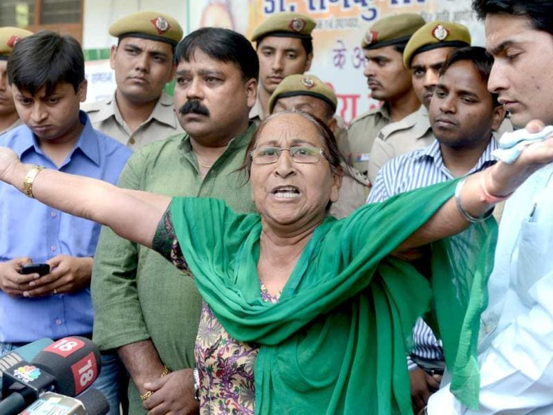 Dalbir Kaur, sister of Sarabjit Singh, gestures as she addresses media representatives in New Delhi. (AFP)