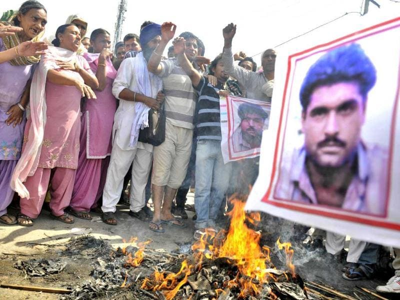 The residents of Sarabjit Singh's native village Bikhiwind seen protesting against his death. (Munish Byala/HT)