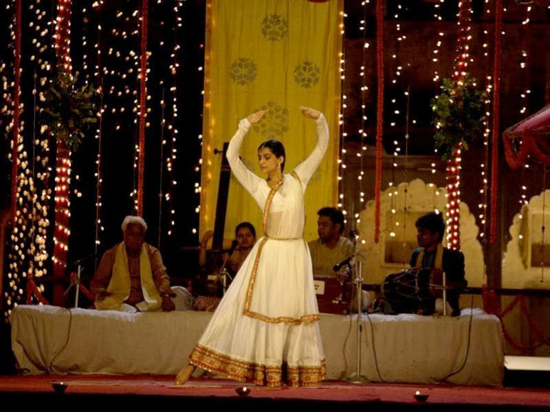 Sonam Kapoor looks wonderful in this traditional set-up in a still from Raanjhnaa.