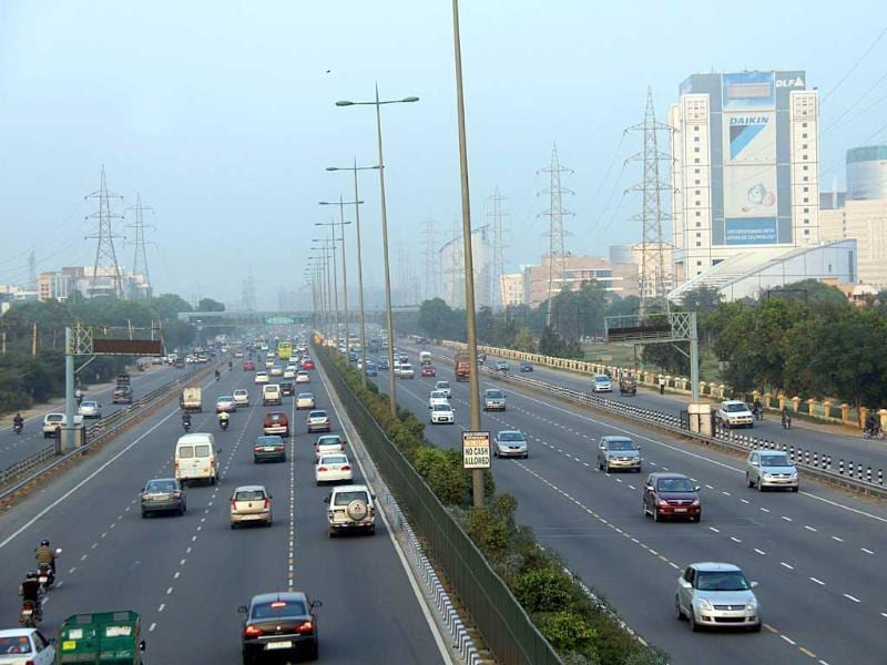 The 28km Delhi-Gurgaon expressway may soon be toll-free and the commuter won't have to pay any toll or be stuck in mile-long jams if Delhi HC accepts. HT photo/Sanjeev Verma