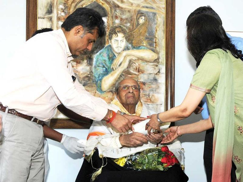 In this handout photograph released by The Indian Press Information Bureau (PIB) on May 10, 2013, veteran Indian Bollywood actor Pran is seen as he was honoured with the prestigious Dadasaheb Phalke award by Information and Broadcasting Minister Manish Tewari at his residence in Mumbai on May 10, 2013.