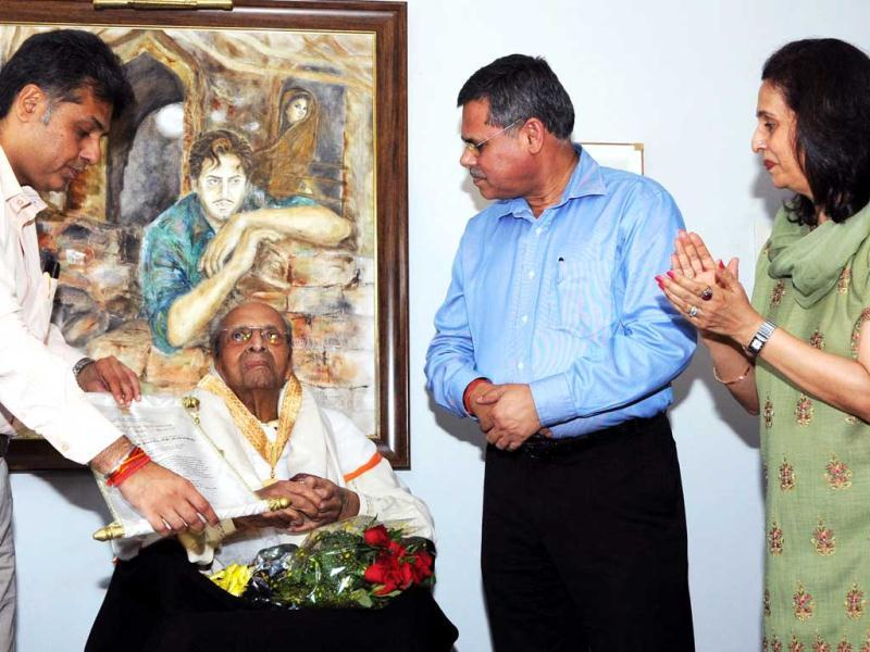 Veteran actor Pran sits patiently as Manish Tewari holds the certificate for the camera. (Photo courtesy: PIB)
