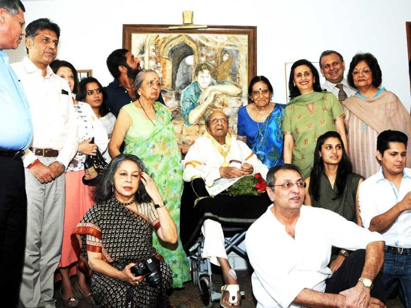 Pran poses with his family members at his residence as he gets honoured with Dada Saheb Phalke Award. (Photo courtesy: PIB)
