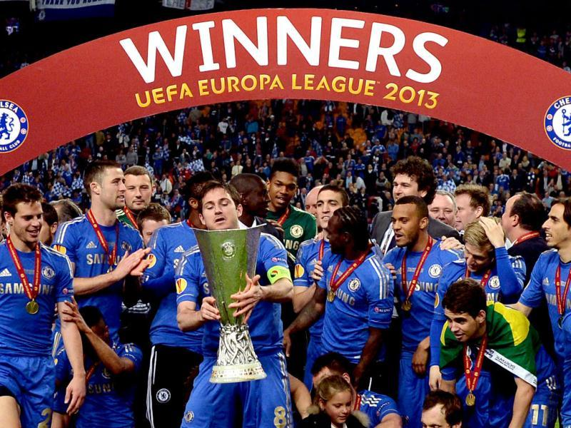 Chelsea's English midfielder Frank Lampard (C) holds the trophy at the end of the UEFA Europa League final football match between Benfica and Chelsea at Amsterdam Arena in Amsterdam. (AFP)