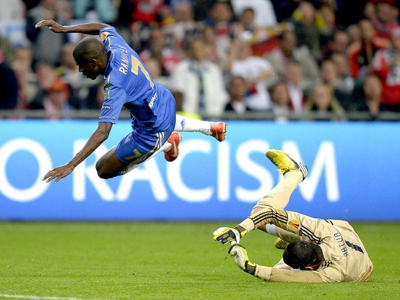 Chelsea's Brazilian midfielder Nascimento Ramires (L) falls over Benfica's Brazilian goalkeeper Artur Moraes during the UEFA Europa League final football match between Benfica and Chelsea at Amsterdam Arena in Amsterdam. (AFP)