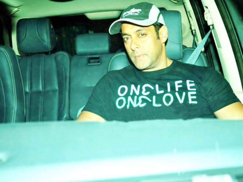 Salman Khan was spotted at Sanjay Dutt's residence at Imperial Heights, Pali Hill in Bandra on Wednesday night. Several Others Bollywood personalities have been visiting Imperial Heights since last night. (Photo courtesy: Bollywood Hungama)