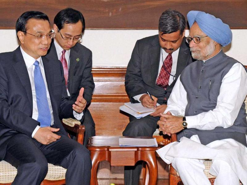 Prime Minister Manmohan Singh talks with his Chinese counterpart Li Keqiang in New Delhi. PTI Photo