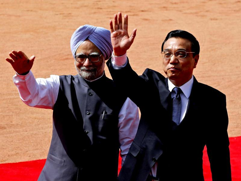 Chinese Premier Li Keqiang and PM Manmohan Singh wave towards the media during Li's ceremonial reception at the forecourt of Rashtrapati Bhavan in New Delhi. Reuters