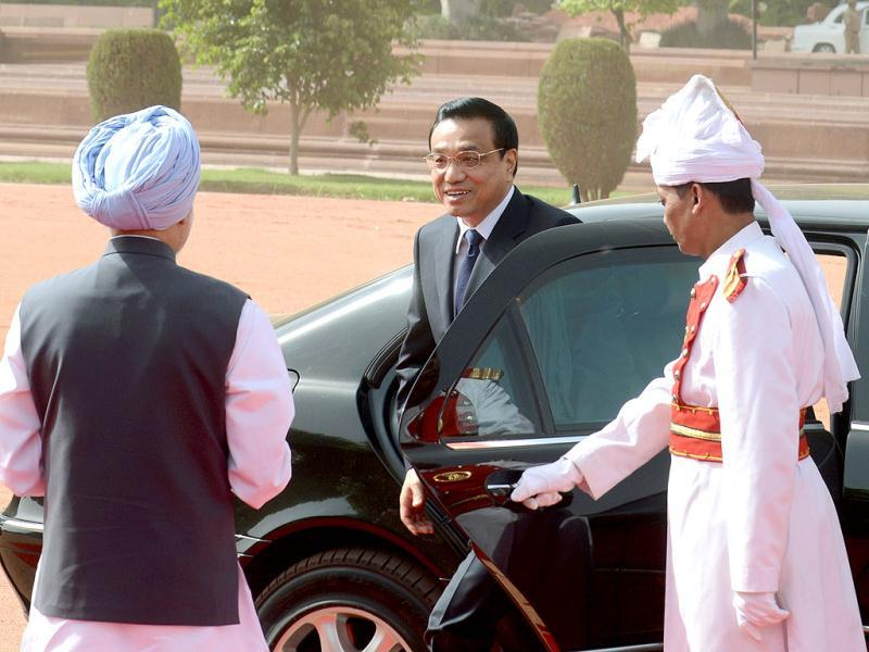 Chinese Premier Li Keqiang is welcomed by Prime Minister Manmohan Singh to an official welcoming ceremony at Rashtrapati Bhavan.  AFP
