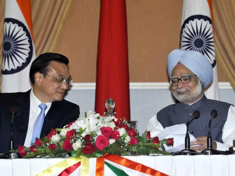 Chinese Premier Li Keqiang interacts with the media statments during the signing of agreements ceremony with Prime Minister Manmohan Singh at Hyderabad House in New Delhi. HT Photo/Vipin Kumar