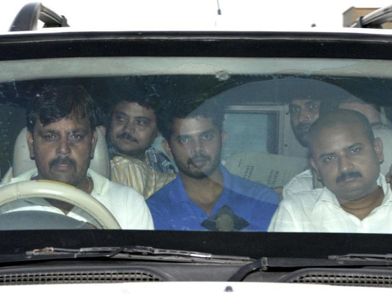 Cricketer Sreesanth along with the Special Cell Officials leave Saket Court in New Delhi. HT photo/Kunal Patil