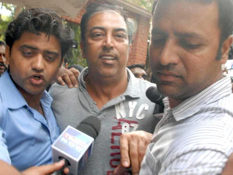 Vindoo Dara Singh being produced at a local court after his arrest in IPL spot fixing scandal in Mumbai. UNI