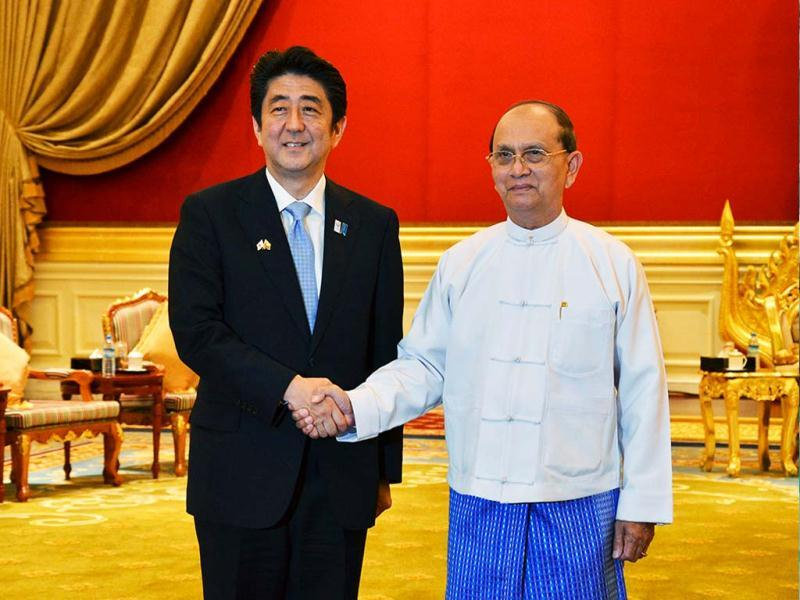 Myanmar President's Thein Sein (R) shakes hands with Japan's Prime Minister Shinzo Abe as they meet at the Presidential Palace in Naypyitaw. (Reuters)