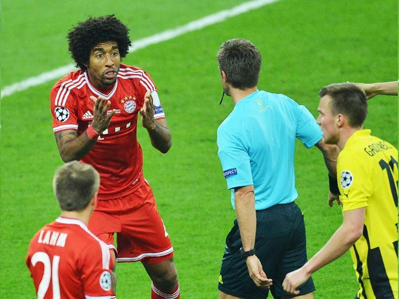 Bayern Munich's Brazilian defender Dante protests against a penalty awarded to Borussia Dortmund following his challenge on Borussia Dortmund's German midfielder Marco Reus during the UEFA Champions League final football match between Borussia Dortmund and Bayern Munich at Wembley Stadium in London. AFP