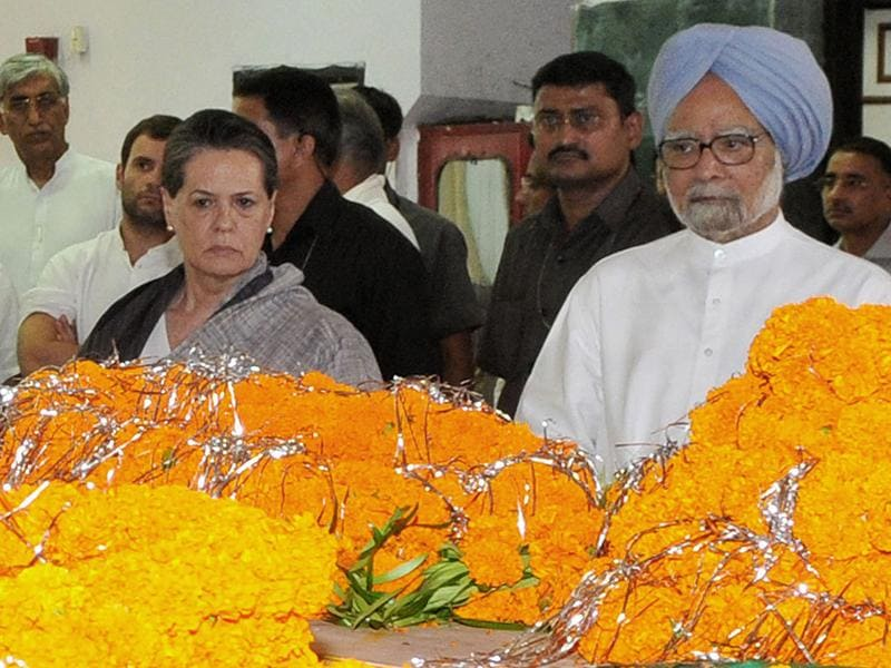 Prime Minister Manmohan Singh (R) and Congress president Sonia Gandhi pay homage to slain party leader Nand Kumar Patel in Raipur. AFP Photo/PIB