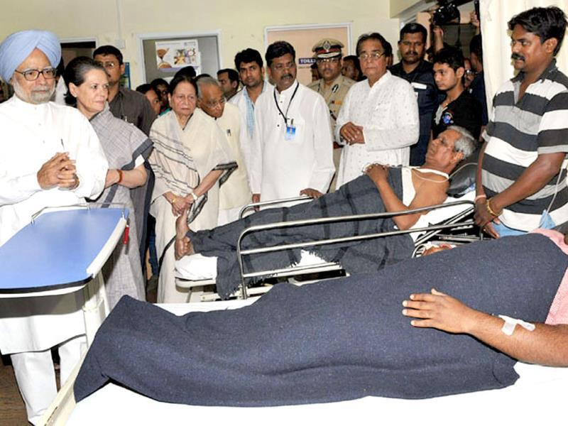 Prime Minister Manmohan Singh (L) and Congress president Sonia Gandhi (2L) meet injured survivors of the attack at the Rama Krishna Care Hospital in Raipur. AFP Photo/PIB