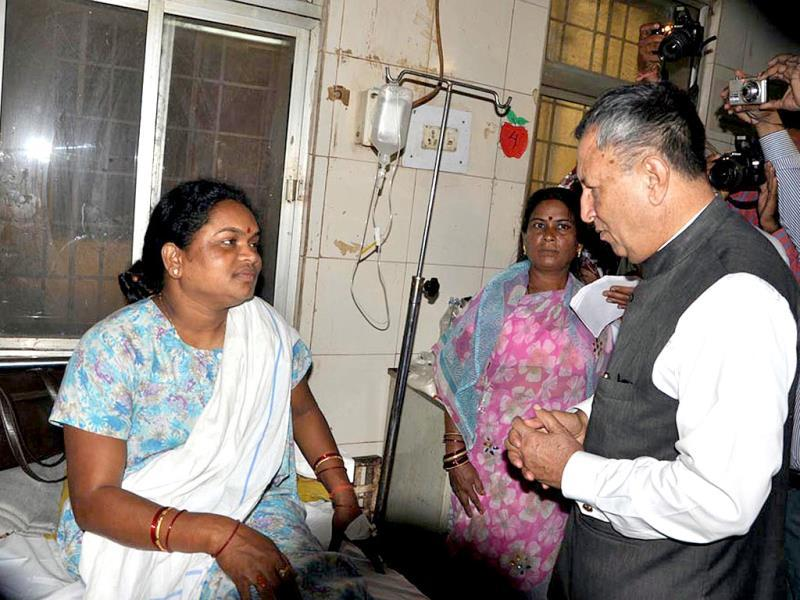 Chhattisgarh governor Shekhar Dutt interacts with the injured in the Naxal attack at the Maharani hospital in Raipur on Sunday. UNI Photo