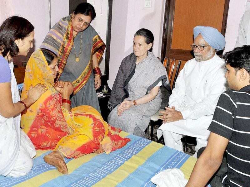 Prime Minister Manmohan Singh and Congress president Sonia Gandhi give the solatium to family members of Chhattisgarh Congress president Nand Kumar Patel in Raipur on Sunday. PTI Photo