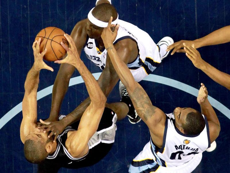 Tim Duncan #21 of the San Antonio Spurs with the ball against Zach Randolph #50 and Darrell Arthur #00 of the Memphis Grizzlies in the first half during Game Four of the Western Conference Finals of the 2013 NBA Playoffs at the FedExForum. AFP photo