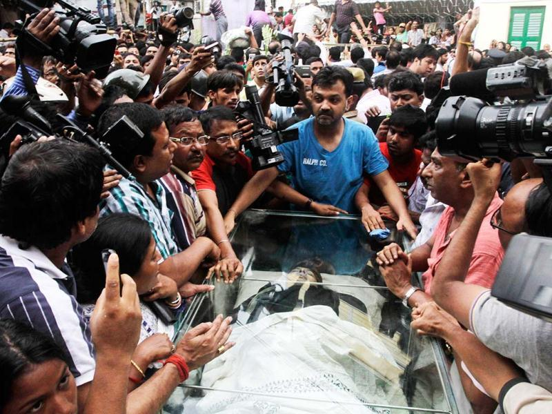The body of Indian film director Rituparno Ghosh is carried for cremation in Kolkata, India, Thursday, May 30, 2013. (AP Photo)