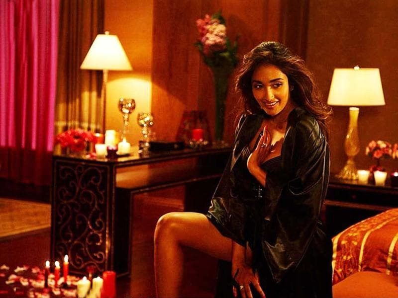 In Housefull too, Jiah Khan oozed tons of sex appeal in her skimpy outfits and with her envious body.
