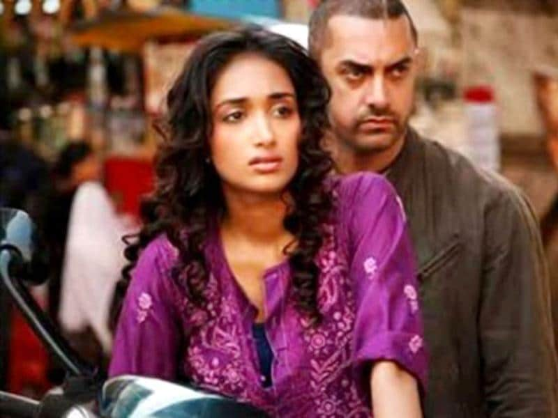 Jiah Khan also played a significant role in AR Murgadoss's Ghajini (2008) starring Aamir Khan and Asin. In the film, she played a young medical student studying Aamir's psychological issues.