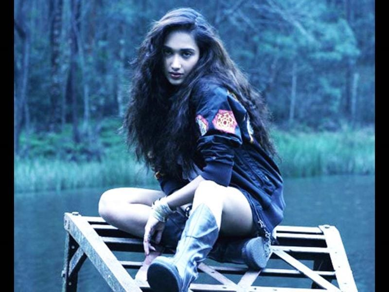 Early in 2013, Jiah Khan hanged herself from the ceiling, at her residence. Her body was discovered by her mother. The suicide note was found later, during the course of investigation.