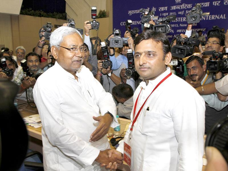 Bihar chief minister Nitish Kumar with UP chief ministerAkhilesh Yadav during chief ministers' conference on internal security at Vigyan Bhawan in New Delhi. HT Photo/Arvind Yadav