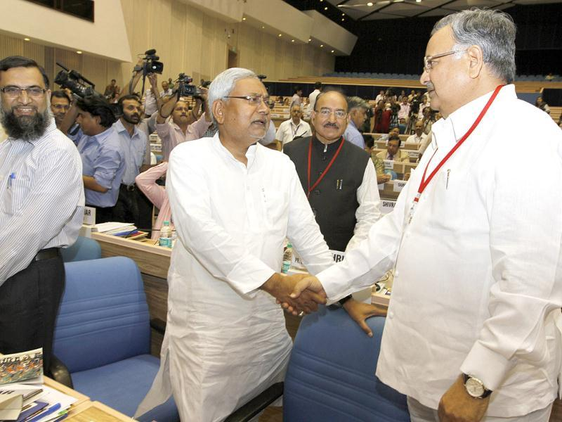 Bihar chief minister Nitish Kumar with Chhattisgarh CM Raman Singh during chief ministers' conference on internal security at Vigyan Bhawan in New Delhi. (HT Photo/Arvind Yadv)