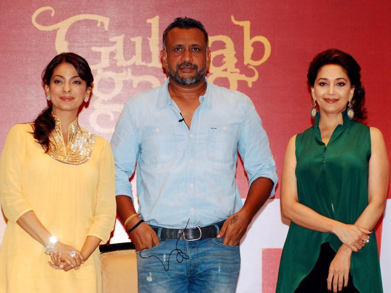 Indian Bollywood actress Madhuri Dixit (R), Gulaab Gang director Soumik Sen (C), and Juhi Chawla pose for a photo during an event by Benaras Media Works in Mumbai on June 4, 2013. (AFP Photo)