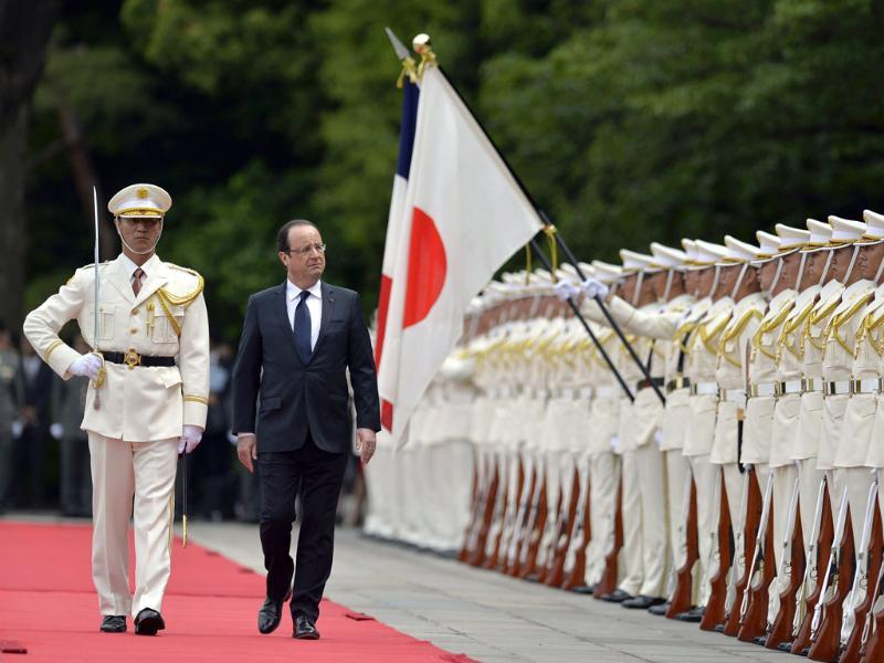 French President Francois Hollande reviews an honour guard during a welcoming ceremony at the Imperial Palace, in Tokyo. AFP