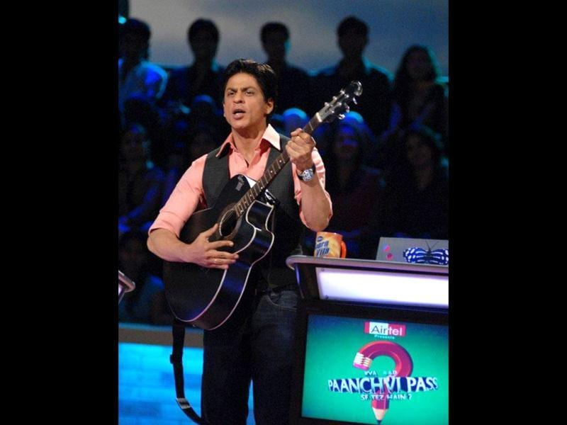 Shahrukh strums a guitar to entertain kids on the sets of Kya Aap Panchvi Pass Se Tez Hain?