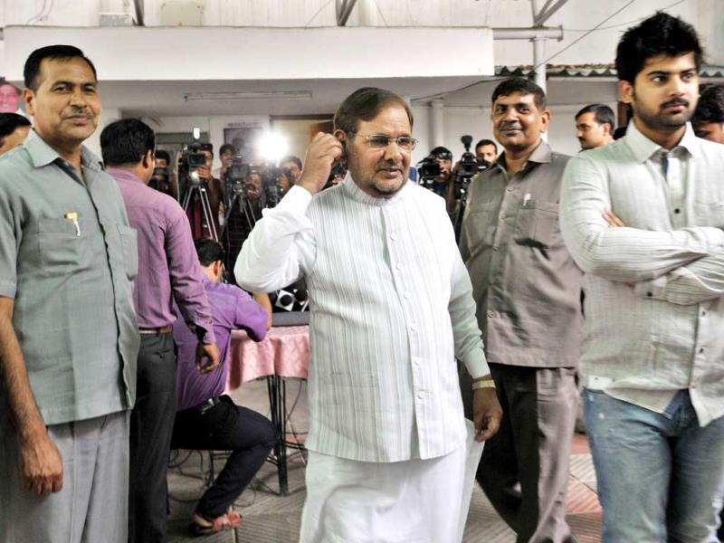 JD(U) President Sharad Yadav talks to the media after meeting BJP's former President Nitin Gadkari in New Delhi. HT Photo/Mohd Zakir