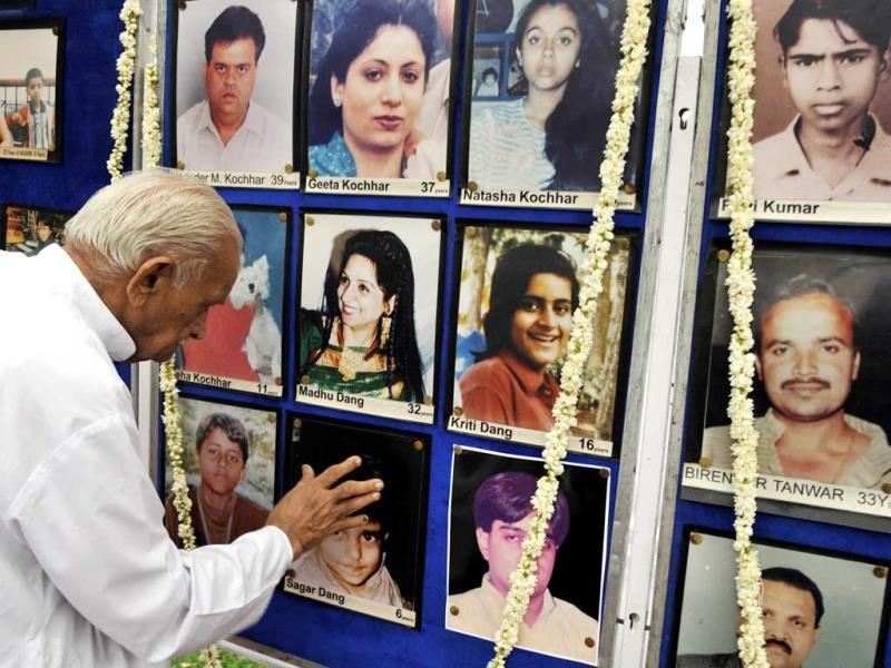 Family members pay tribute to victims of Uphaar Cinema fire that killed 59 people 16 years ago in New Delhi. HT Photo/Sonu Mehta