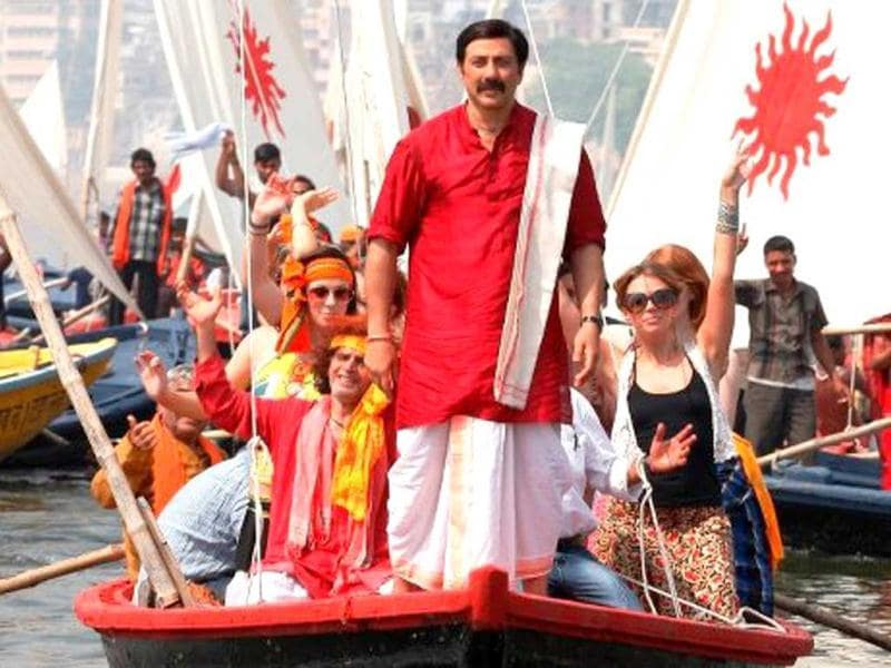Sunny Deol during the shooting of a song for Mohalla Assi at Varanasi. (Photo courtesy: Facebook/MohallaAssi2012)