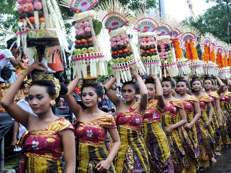 Balinese woman carry offerings in a parade during the 35th Bali Art Festival in Denpasar, on Indonesia's resort island of Bali on June 15, 2013. Photo: AFP/Sonny Tumbelaka