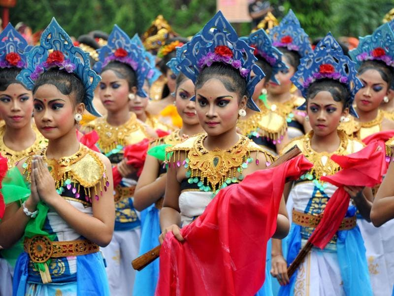 Balinese dancer perform in a parade during the 35th Bali Art Festival in Denpasar, on Indonesia's resort island of Bali. Photo: AFP/Sonny Tumbelaka