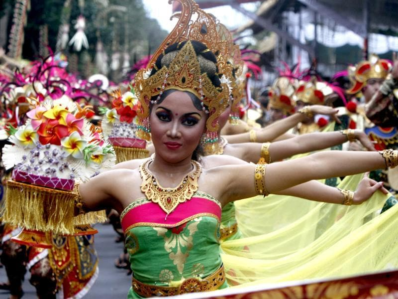 Indonesian dancers in traditional outfit perform during a parade to mark the 35th Bali Arts Festival in Denpasar, Bali, Indonesia. Photo: AP/Firdia Lisnawati
