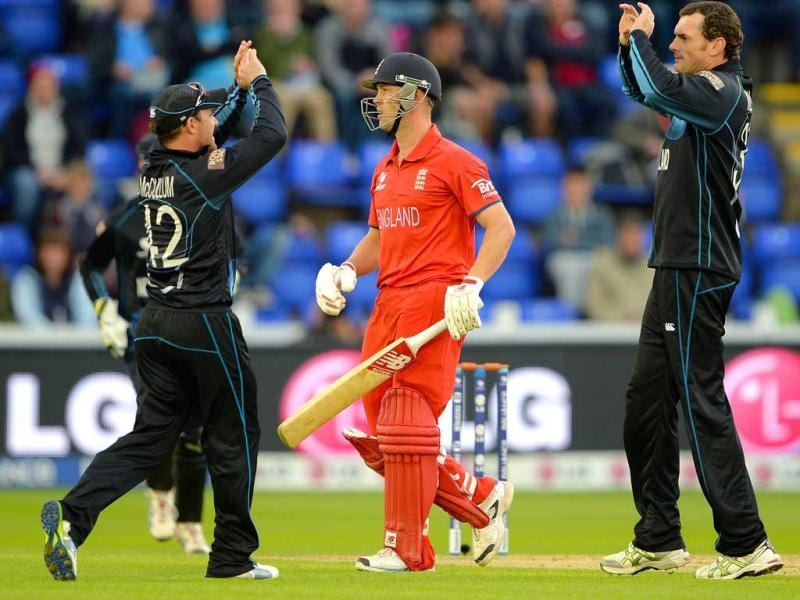 Jonathan Trott (C) leaves the field after getting out to the bowling of New Zealand's Kyle Mills (R) during the 2013 ICC Champions Trophy cricket match between England and New Zealand at the Cardiff Wales Stadium in Cardiff, south Wales. AFP Photo