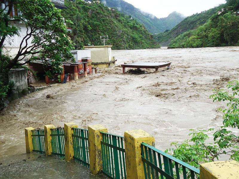 Alaknanda river in spate in Rudraprayag. (HT Photo/Kuldeep rana)