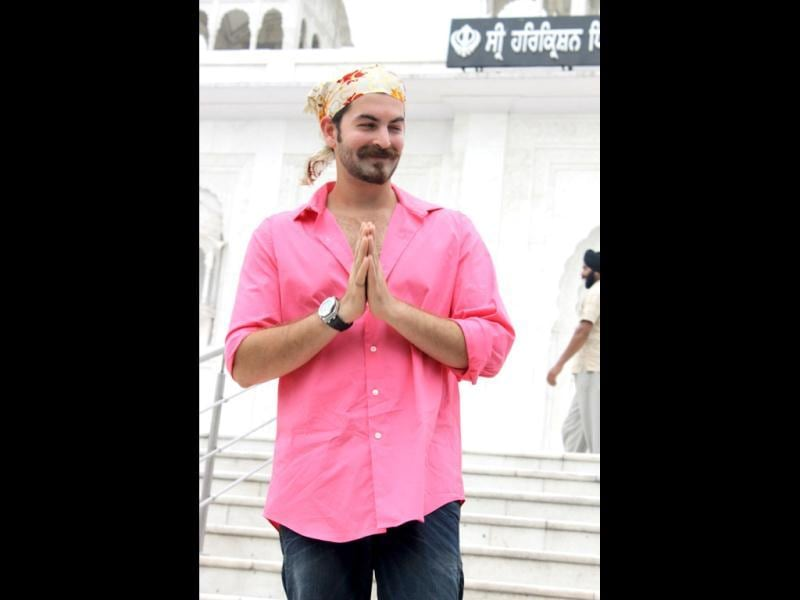 Neil Nitin Mukesh seeks blessings at the entrance of Bangla Saheb Gurdwara.