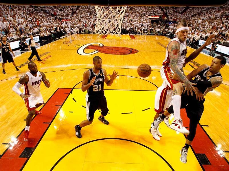 Danny Green #4 passes the ball to Tim Duncan #21 of the San Antonio Spurs against Chris Andersen #11 of the Miami Heat during Game Six of the 2013 NBA Finals at AmericanAirlines Arena in Miami, Florida. AFP/Getty Images