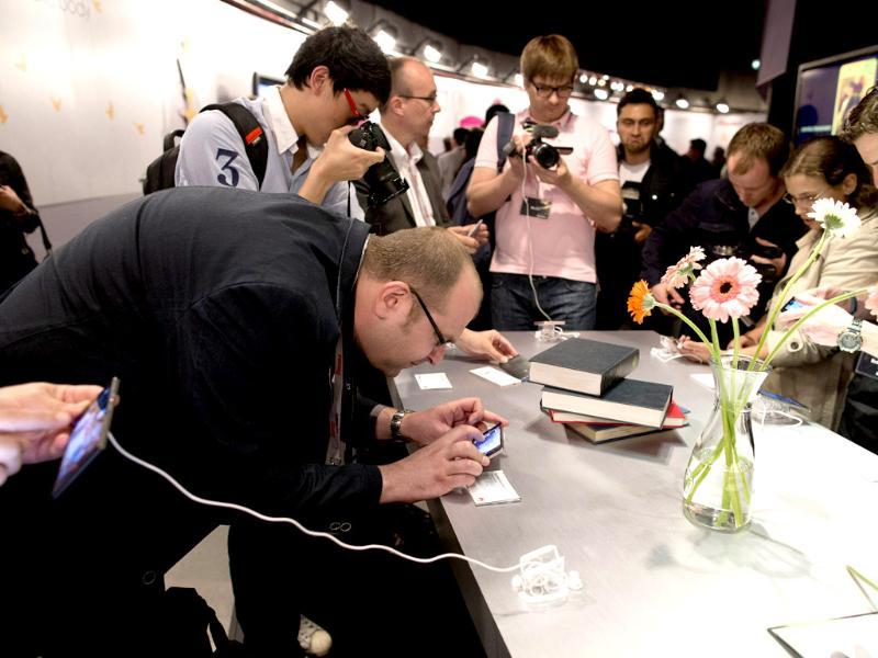 Journalists take a look at the new Huawei Ascend P6 smartphone during the global launch in London. Photo: AFP / Justin Tallis