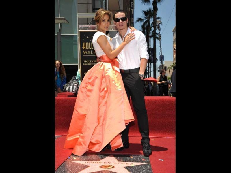 JLo poses with beau Casper Smart on her star after it was unveiled on the Walk of Fame in Hollywood, California June 20, 2013. (AP Photo)