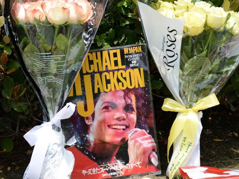 Flowers and a magazine left by fans is seen at Forest Lawn Memorial Park in Glendale, California where fans gathered to mark the fourth anniversary of the death of pop superstar Michael Jackson. (AFP)
