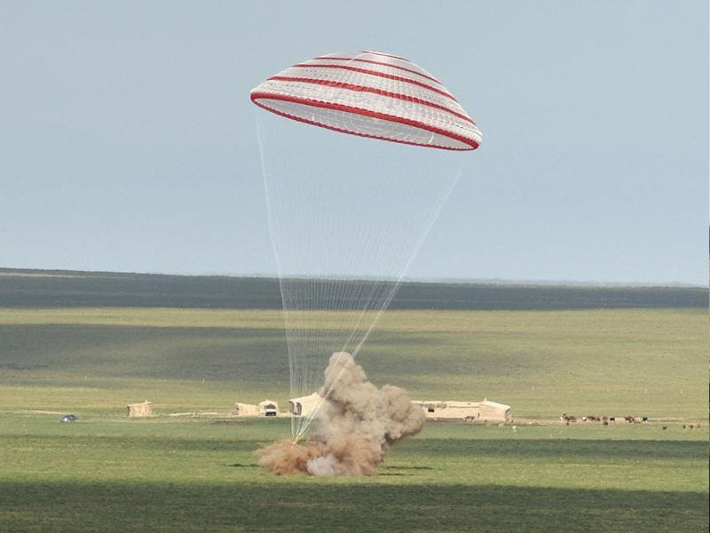 The re-entry capsule of China's Shenzhou 10 spacecraft lands in Siziwang Banner, north China's Inner Mongolia Autonomous Region. (AP photo)