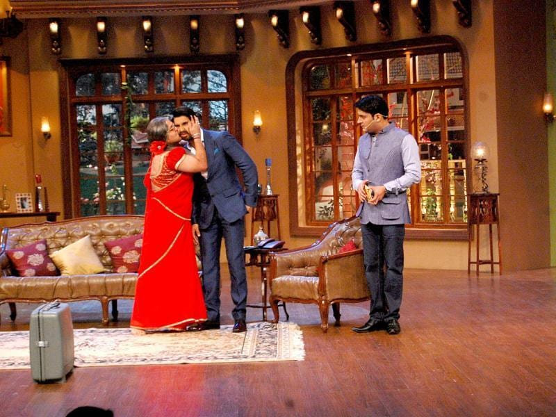 Ranveer was seen flirting with Kapil's Dadi (Ali Asgar) and Bua (Upasana Singh). Sonakshi laughed at every joke that Kapil cracked and was repeated a Shatrughan Sinha dialogue.